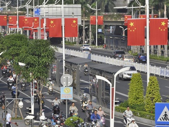 高清:五星红旗扮亮南宁市区 国庆节日气氛浓厚