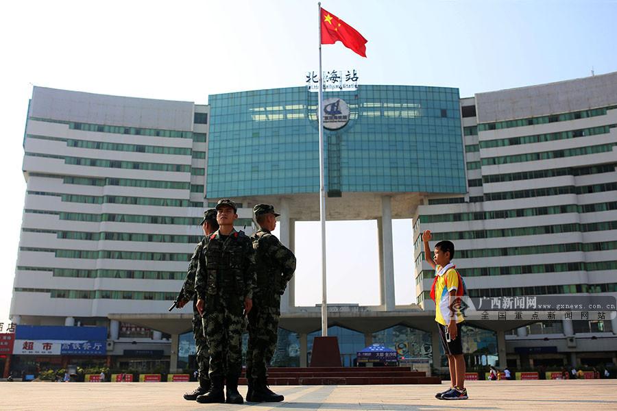 国庆长假的小温馨 北海一名小学生向执勤武警敬礼