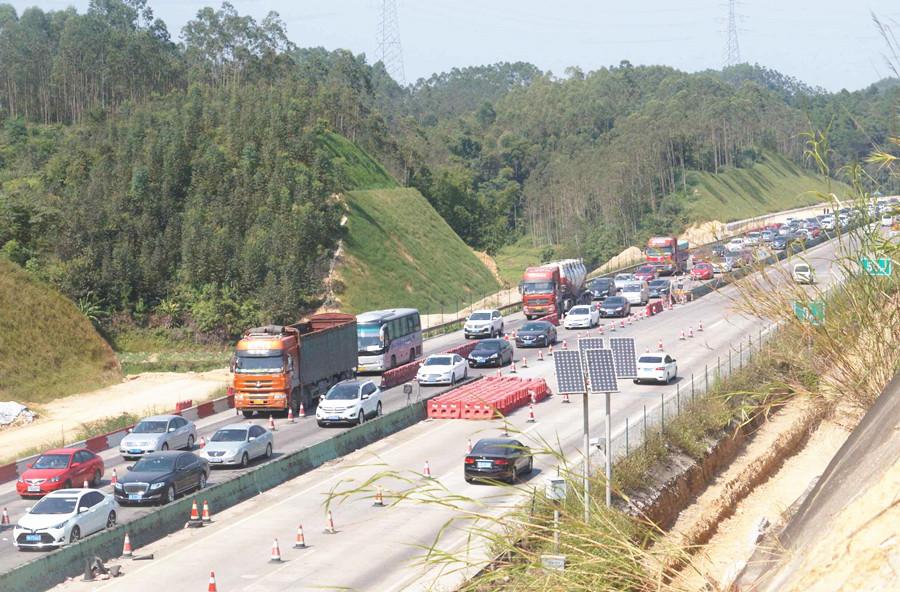 10月5日焦点图:钦州至防城港高速出现严重拥堵