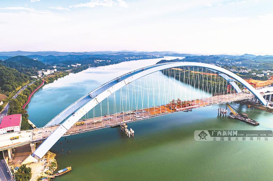 10月5日焦点图:广西钦州至防城港高速出现严重拥堵
