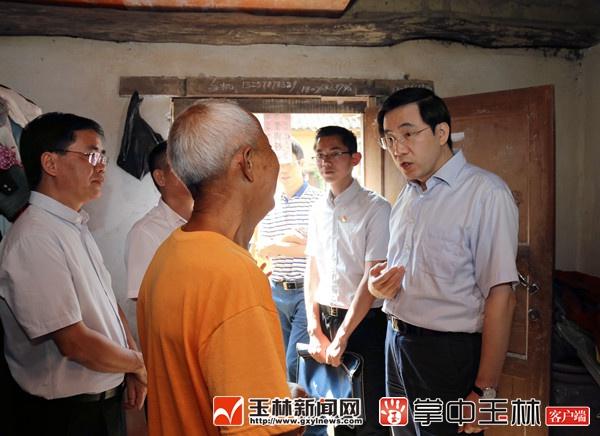 黄海昆深入博白县调研深度贫困镇村脱贫攻坚工作