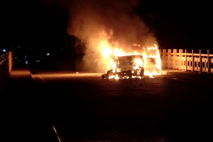 东兰一皮卡与摩托车相撞后起火 造成一人死亡(图)