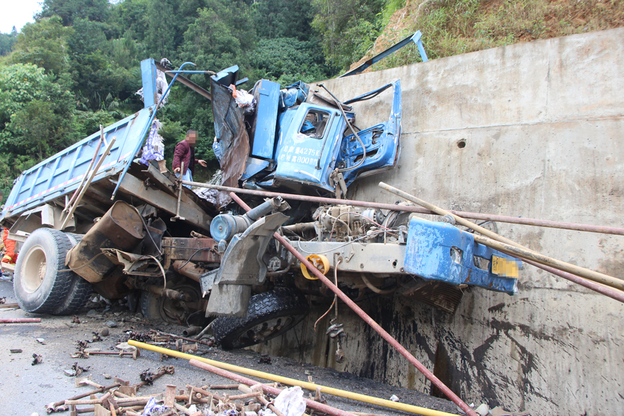 东兰一货车失控撞上路边山坡 司机不幸遇难(图)