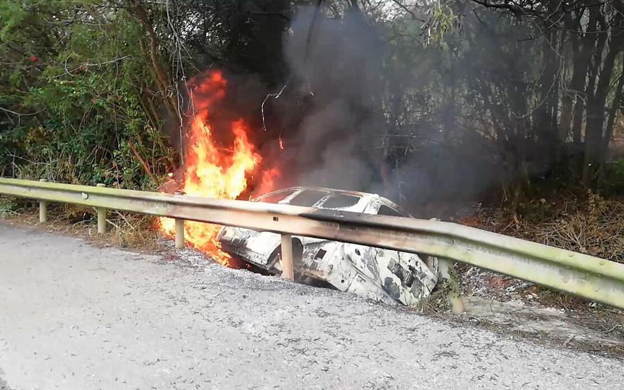 小车侧翻高速路边沟起火燃烧 消防紧急扑救(组图)