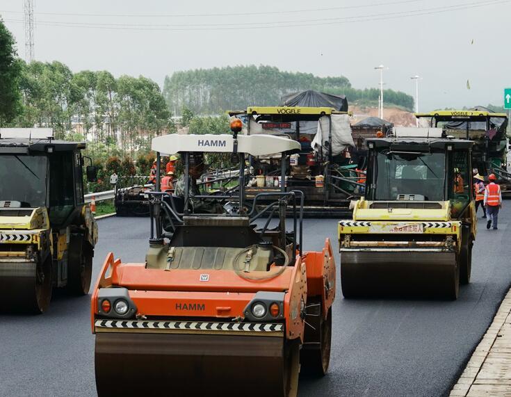 24日焦点图:吴圩至大塘高速公路预计11月20日通车