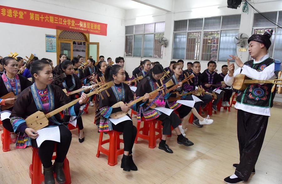 40余名侗族琵琶爱好者齐学侗族琵琶弹唱技艺(图)
