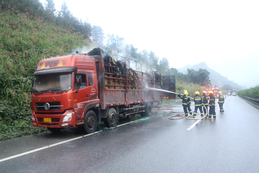 高清图集:装载纸张的拖挂车在高速路自燃