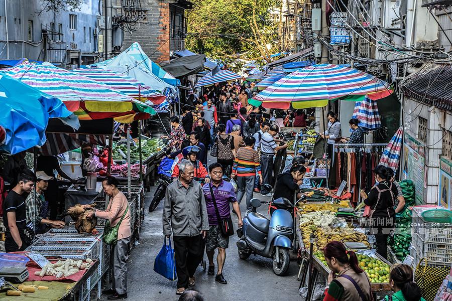 高清:探访南宁双�I井市场 迷宫一样的老城集市