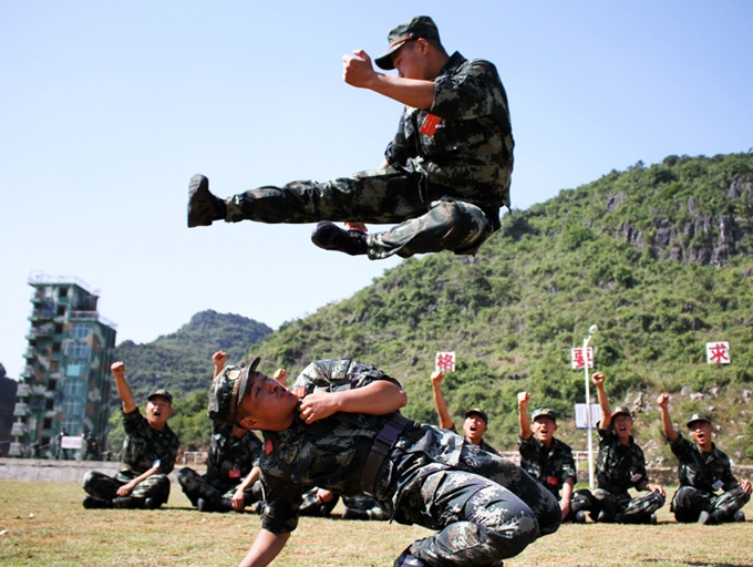 """组图:武警新兵军营炼""""虎气"""" """"小鲜肉""""成钢铁战士"""