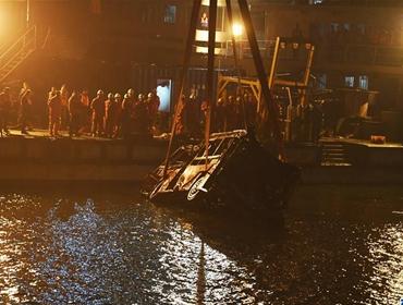 重庆万州坠江公交车打捞出水