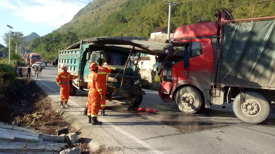 来宾忻城两货车相撞 一名司机被钢筋刺中身亡(图)