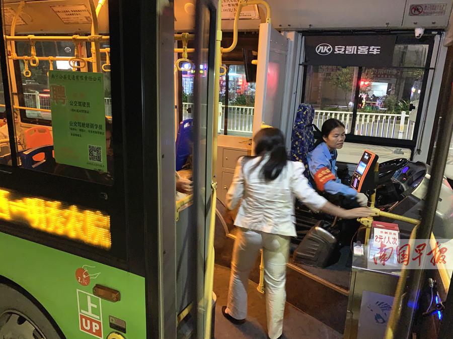 11月3日焦点图:乘客司机互殴致重庆公交坠江 乘客撒野司机怎么办