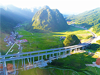11月5日焦点图:东巴凤将结束不通高速公路历史