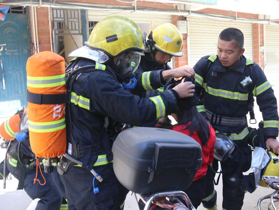德保一民房发生火灾2人被困 消防救出被困者(图)