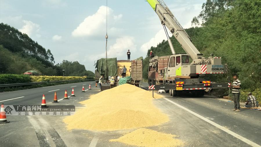 兰海高速两货车追尾 大量玉米粒撒落高速路(图)