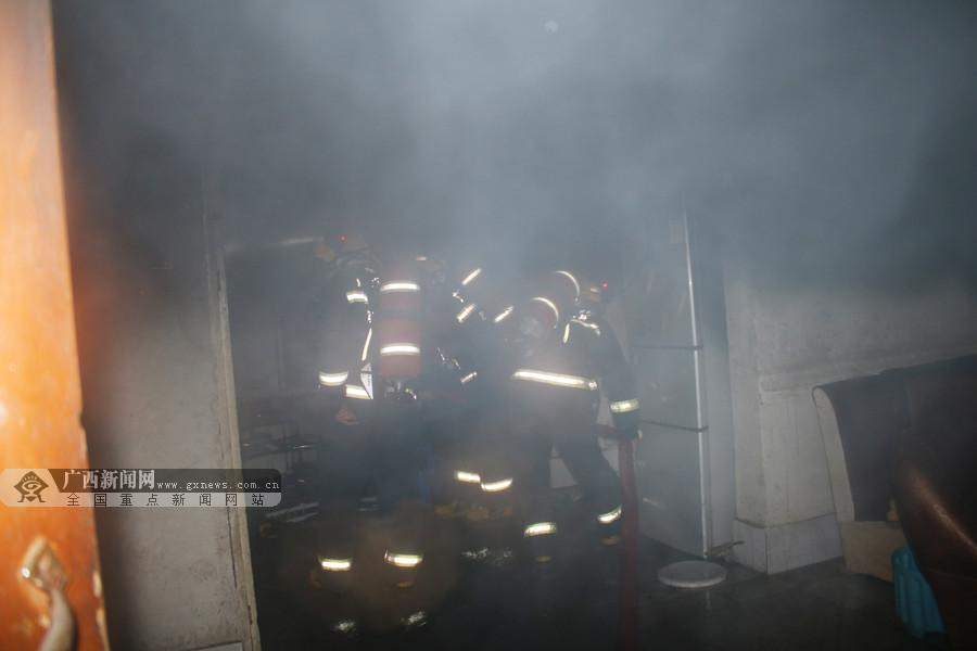 河池南丹一民房夜间起火 12名消防员前往扑救(图)