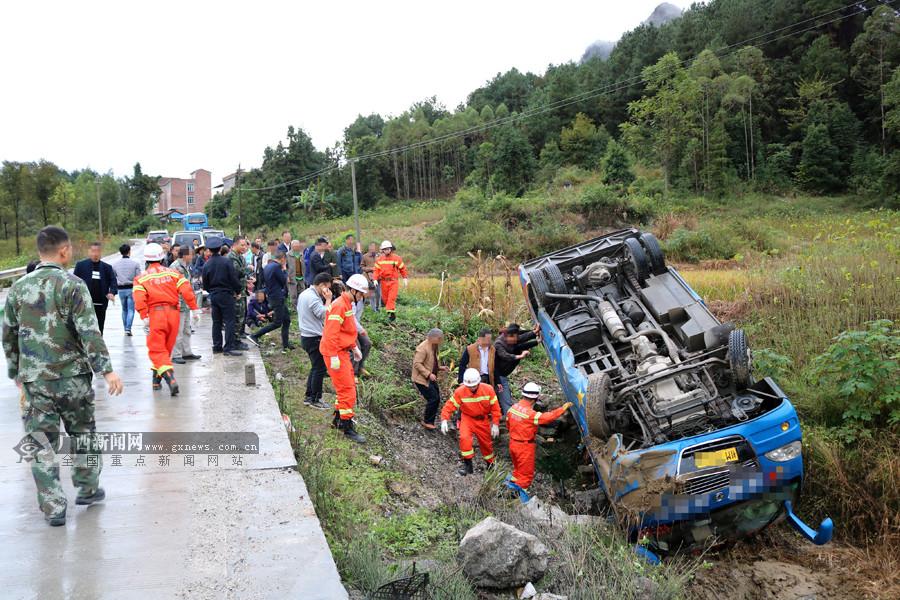 环江一中巴车侧翻4人被困 众人齐心抬车救援(图)