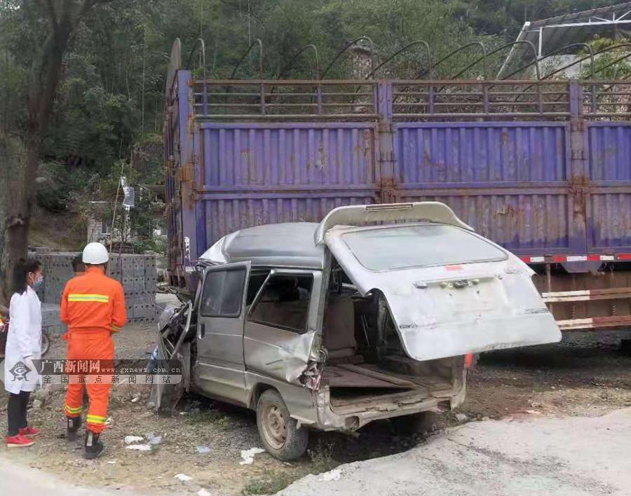百色发生一起交通事故 面包车与货车相撞一人被困