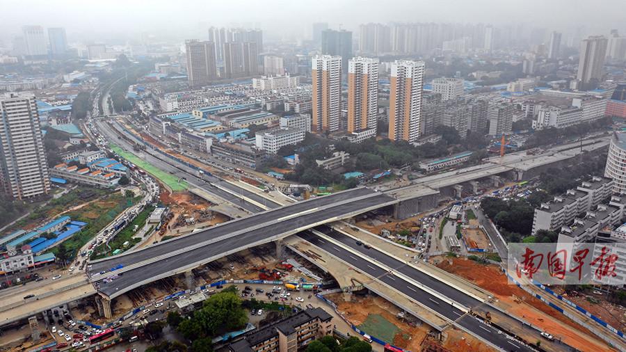 11月19日焦点图:南宁清川立交清川方向主线通车