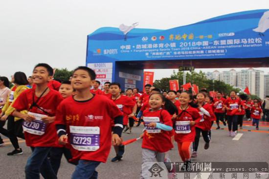 2018中国-东盟国际马拉松在防城港市激情开跑