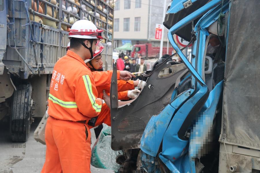 西林两货车相撞致一人被困 消防15分钟救出被困者