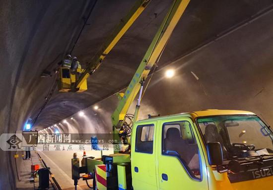 工作人员检修隧道 保障司乘人员安全通行(图)