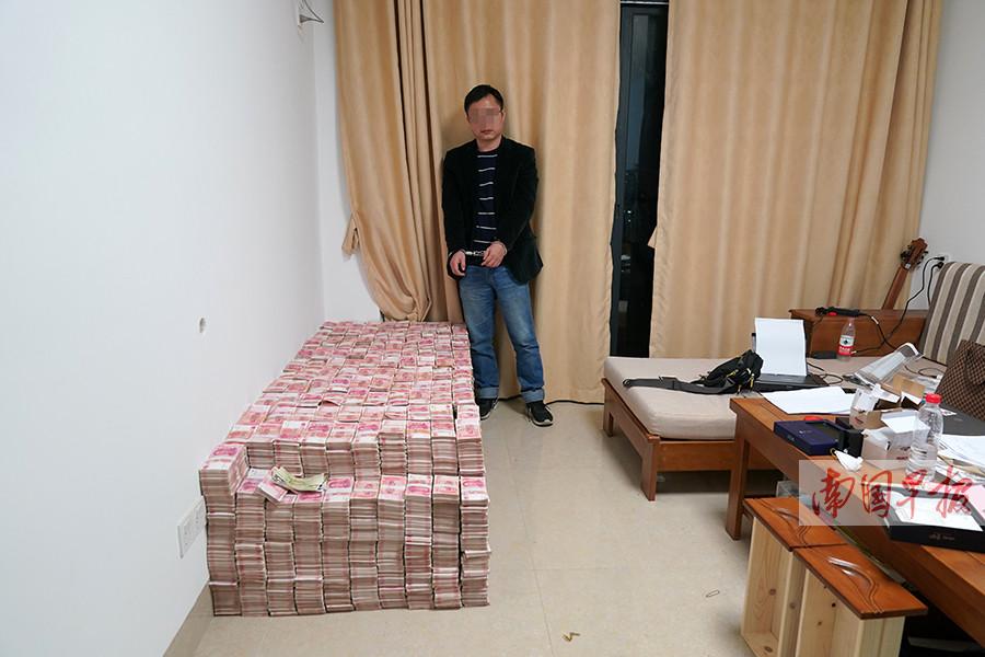 11月22日焦点图:百色一房间内查出4700万现金