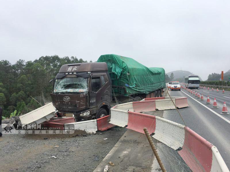 货车未保持车距高速上追尾客车 多名乘客受伤(图)