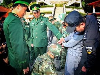 中国警方向越南移交重大毒品犯罪嫌疑人(组图)