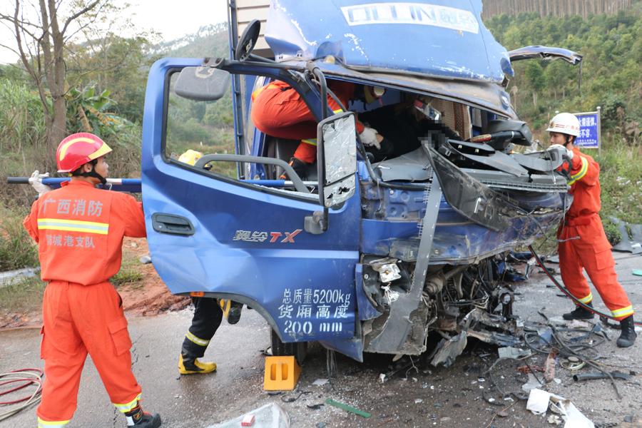 上思两货车相撞一司机被困 消防员破拆驾驶室救人