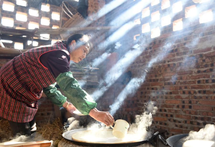 红薯粉成热销年货 三江群众蒸制红薯粉助脱贫(图)