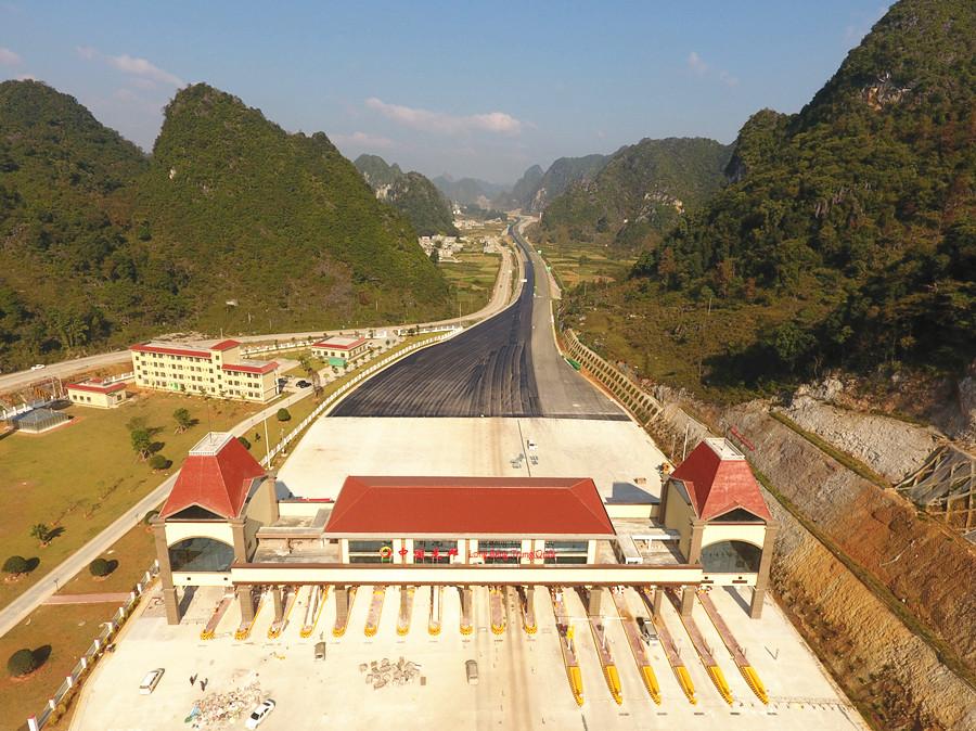 11月29日焦点图:靖西至龙邦高速公路预计年底通车