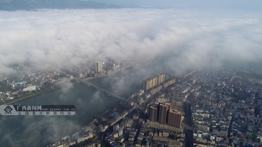 航拍:建筑在雾中若隐若现 融安初冬雾景美如画