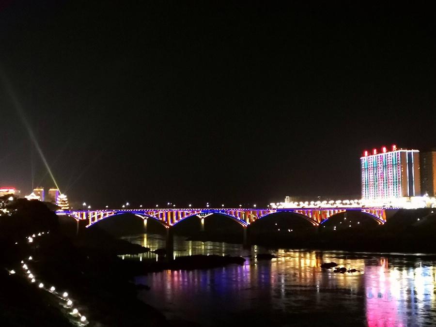 高清组图:大化红水河两岸夜色迷离流光溢彩