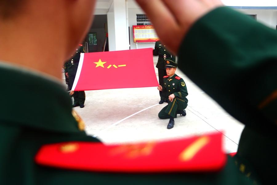 高清:武警桂林支队退伍老兵卸衔挥泪别军旅