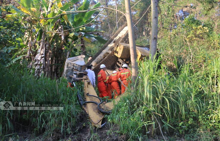 宜州一挖掘机修路不慎翻下路坡 被困驾驶员获救