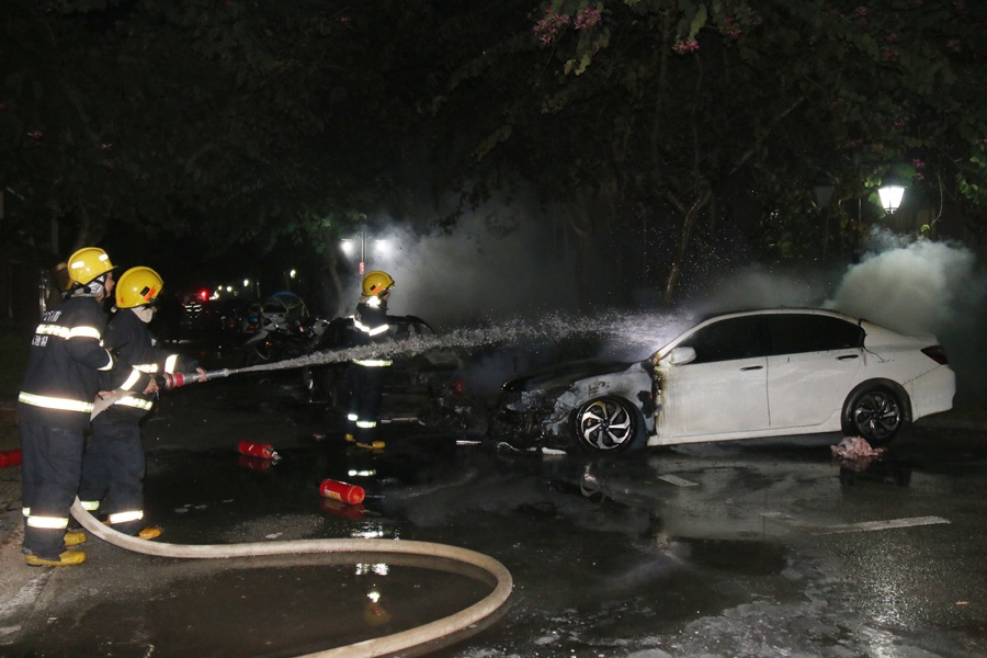 大化一小区2辆小车1辆电动车被烧 消防员扑灭火势