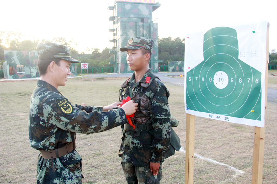 紧贴实战化军事训练 靶场上新兵火力全开(组图)