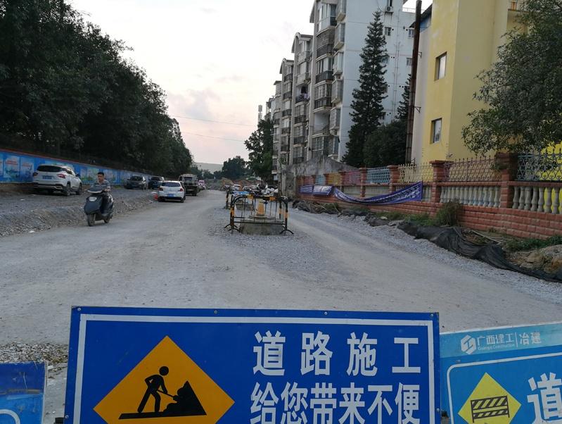 """探访柳州市民家门口的长期围挡道路 居民盼""""突围"""""""