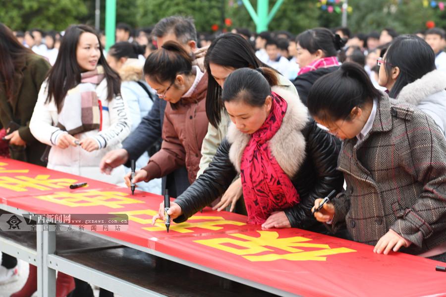 """罗城青年志愿者争当""""河小青""""保护母亲河(组图)"""