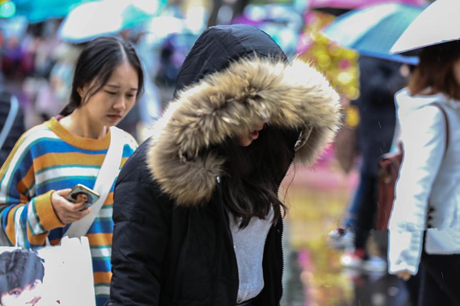 """高清:强冷空气""""速冻""""南宁 市民选择""""武装""""出行"""