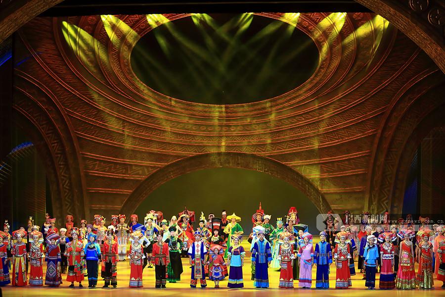 12月10日焦点图:广西各地以丰富多彩活动喜迎大庆