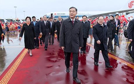 汪洋率中央代表团飞抵南宁 出席广西壮族自治区成立60周年庆祝活动