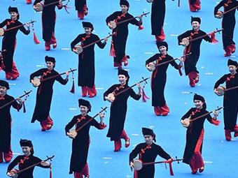 11日焦点图:广西各族群众欢庆自治区成立60周年