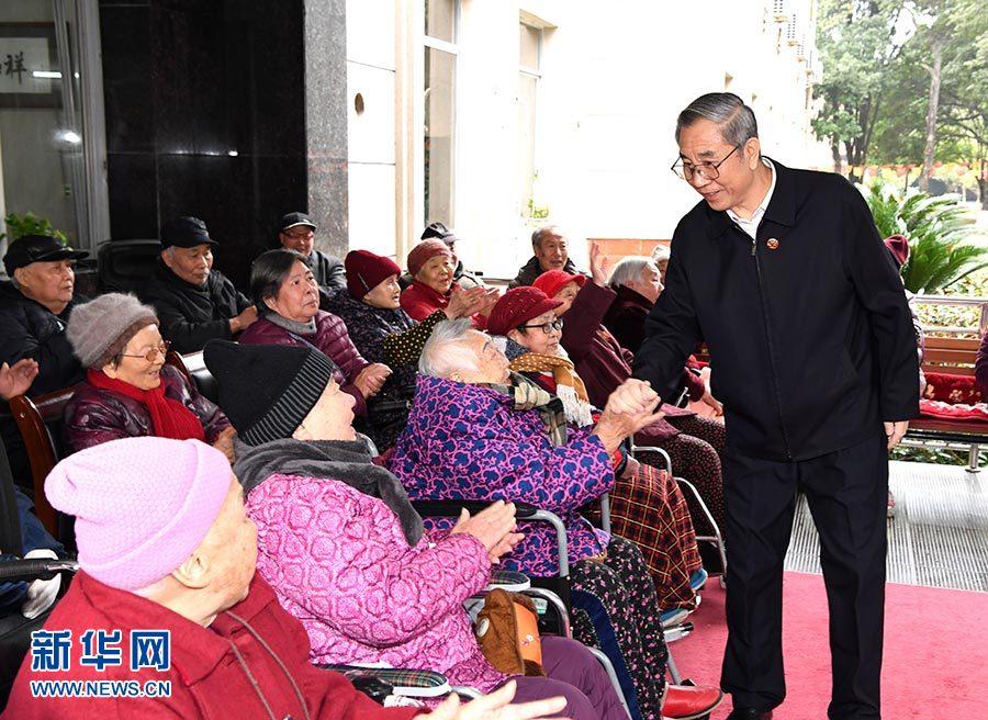 马飚率中央代表团五分团在贺州桂林看望慰问各族各界干部群众