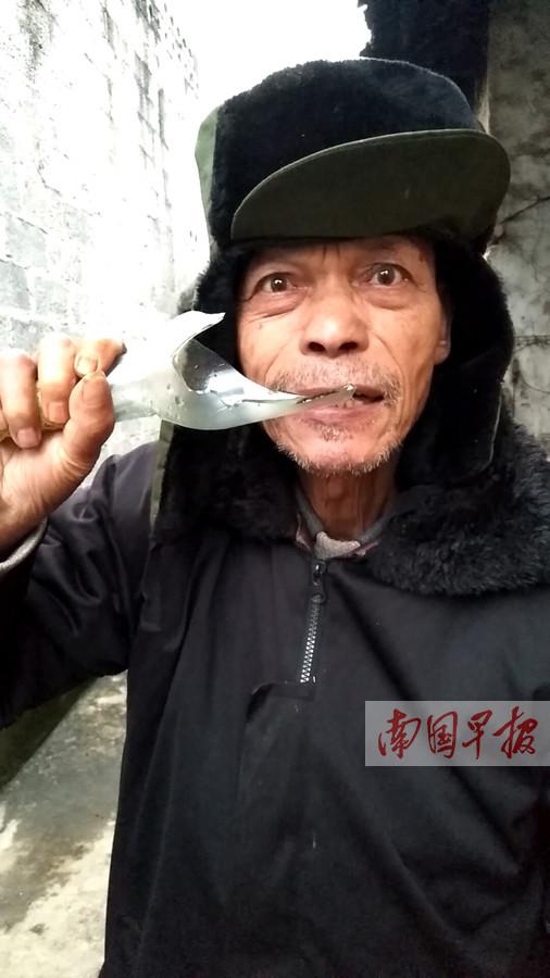 12月16日焦点图:上林七旬老人啃酒瓶如同吃炒黄豆