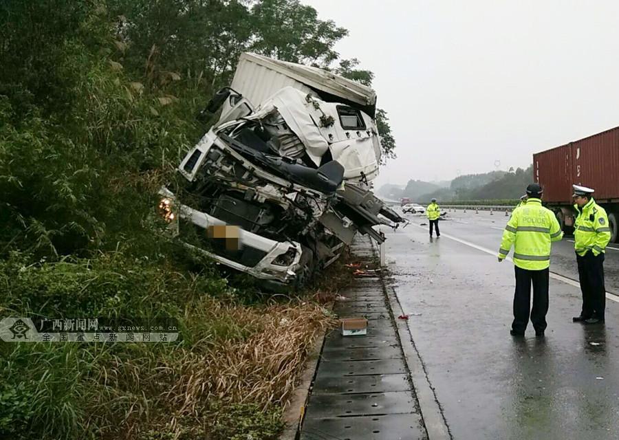兰海高速一货车追尾重型半挂牵引车 一名司机获救