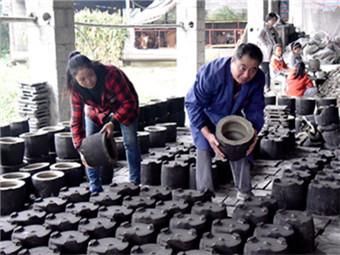 河池市宜州区一对夫妻坚守30年 传承风炉铸造技艺