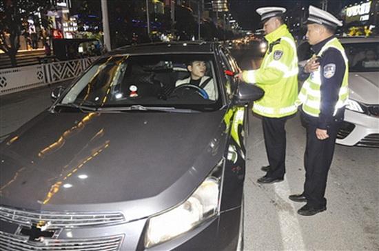 大化交警整治酒驾 造良好交通安全环境