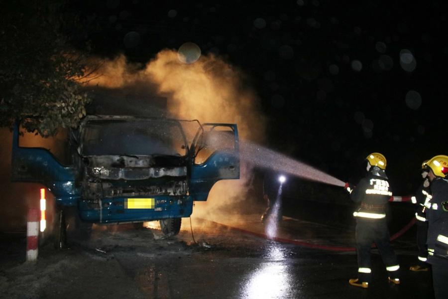 高清:河池南丹一辆装载木板的农用车行驶中起火